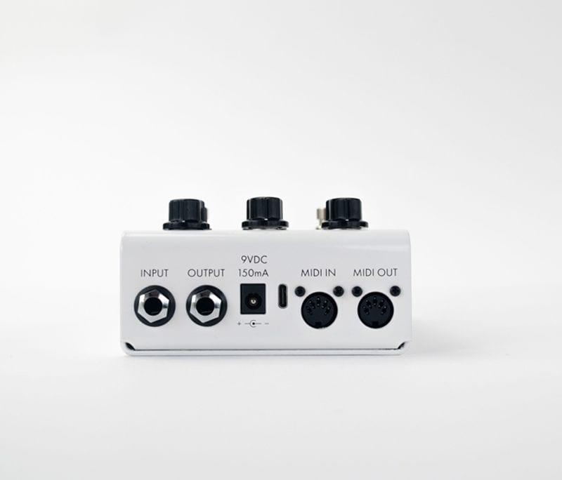Panel trasero del RJM Music Overture con MIDI in:out y USB-C