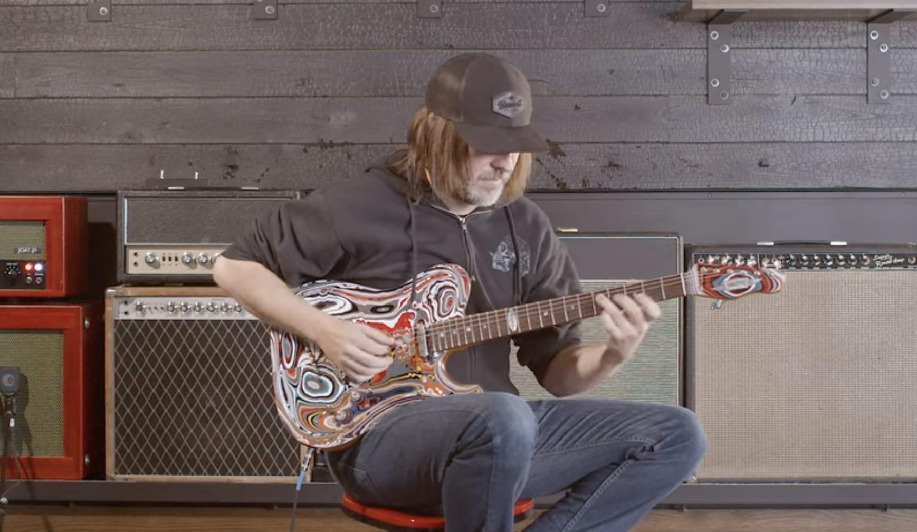 Andy Wood poniendo a prueba esta guitarra Motor City Agate