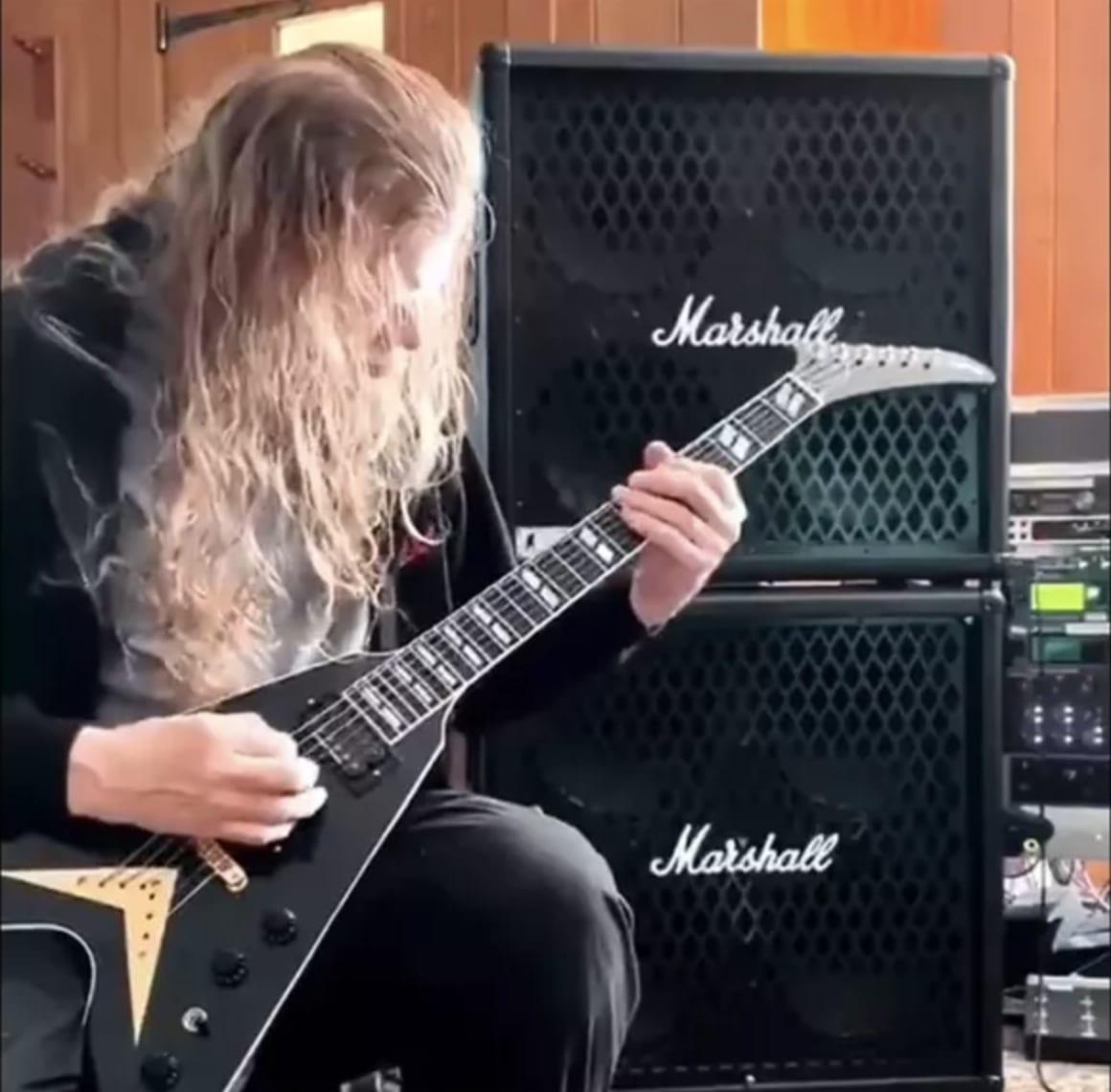 Dave Mustaine celebra el Memorial Day tocando su nueva Gibson Flying V signature
